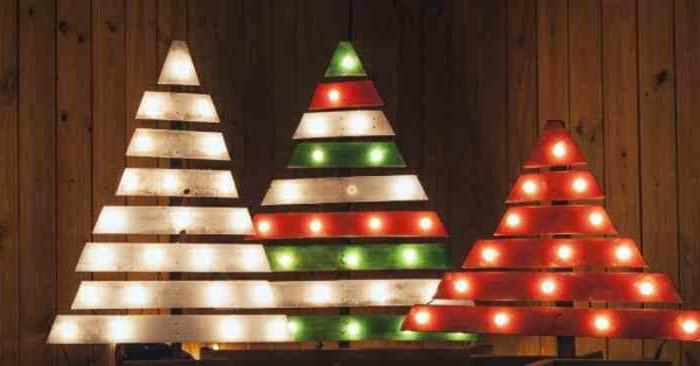 arbres de noel en palettes peintes en blanc vert et rouge et éclairés avec petites lampes