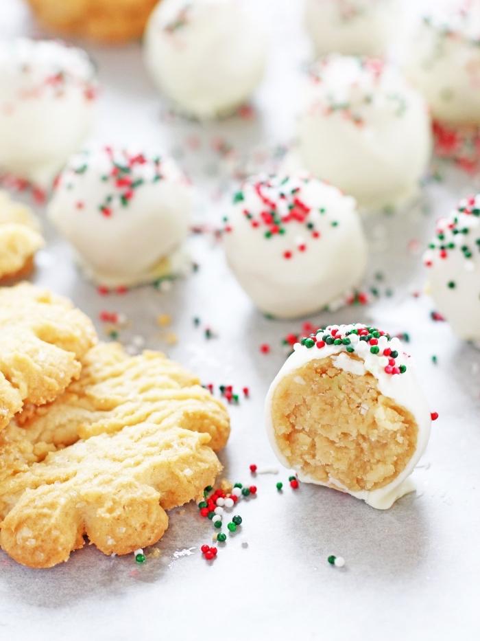 boules de noel au beurre et sucre avec glaçage royal, exemple petit gâteau pour noel, recette friandise facile et rapide