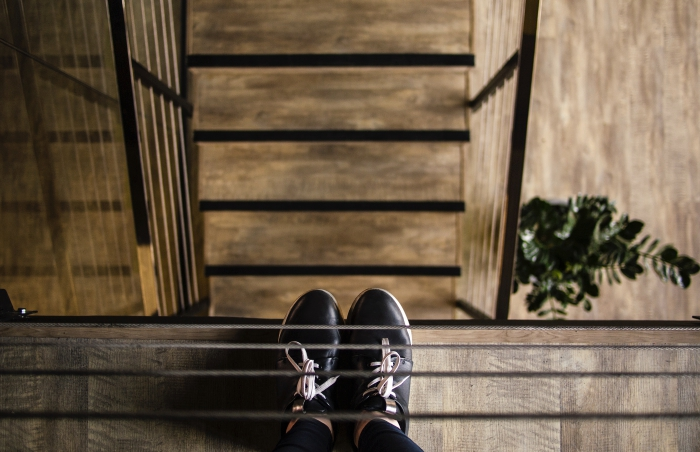 modèle d'escalier quart tournant droit, construction d'escalier d'intérieur en bois, sécuriser un escalier avec garde-corps