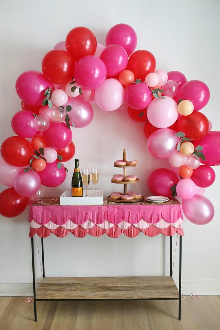 arche en ballons roses, table de nappe rose, cupcakes roses, bouteille de champagne, deco anniversaire enfant