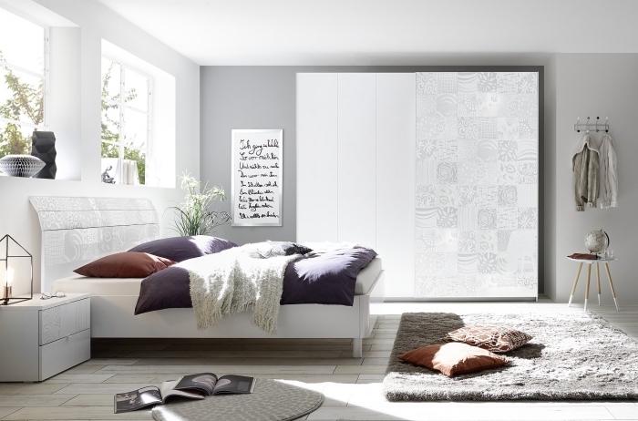 couleur neutre dans une chambre à coucher, peinture murale en gris clair pour une déco cozy et scandinave, modèle de tapis moelleux en gris