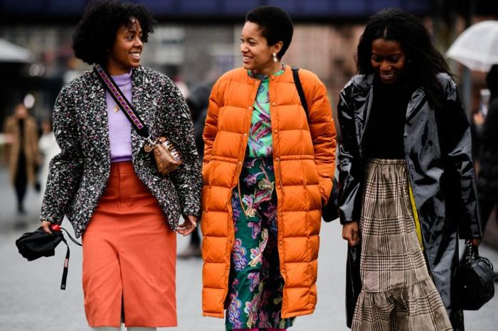 doudoune orange, jupe florale, tee-shirt turquoise, manteau noir et blanc, top lilas, jupe orange, jupe aux carreaux, manteau vinyle, pull noir