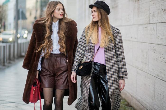 tendances de l'automne hiver 2018 2019, short cuir femme, sac rouge épaule, chemise blanche, long manteau en tweed, cuir stretch