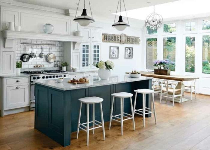 cuisine bois et blanc, ilot en gris et marbre, tabourets blancs, carrelage mural blanc, ustensiles suspendues