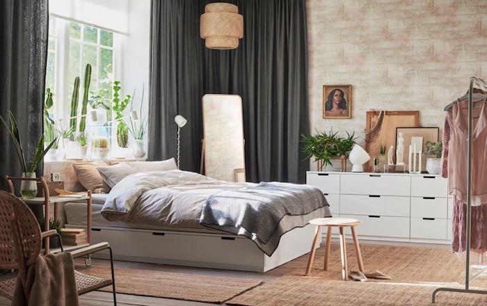 Meuble rangement blanche de chez ikea peinture sur le mur, grand drapeaux gris, fenêtre blanche décoré avec plantes vertes, cactus différent formes, tapis beige, dressing vetements ouvert