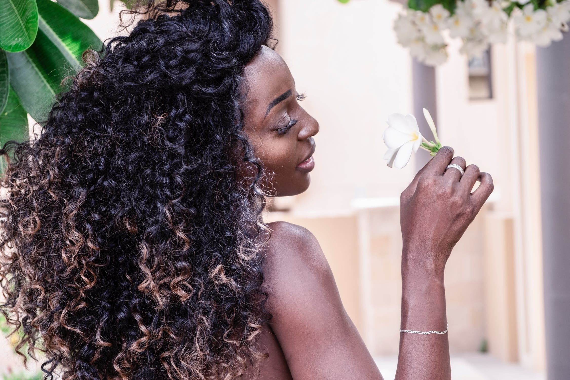 Se soigner de ses beaux cheveux, femme cheveux crépus magnifiques, belle fleur
