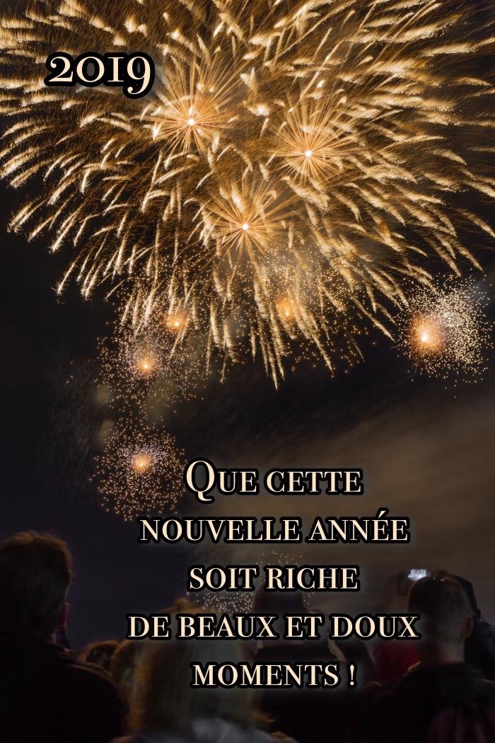 photo spectacle de lumières, image célébration de nouvel an dehors, idée carte numérique avec souhaits 2019