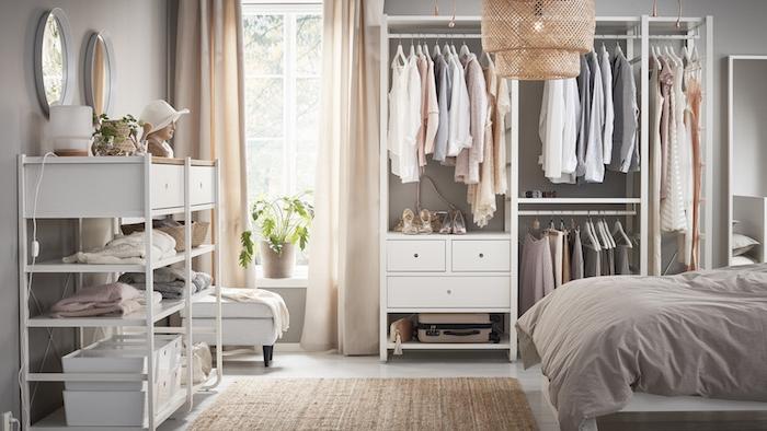 Caisson dressing dans la chambre a coucher, lustre rotin, lit blanc, rangement vetement ouvert original, comment ranger ses vetements