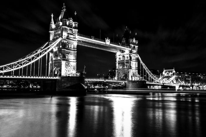 vue panoramique du pont de Londres et ses feux re dans le miroir des eaux de la tamise