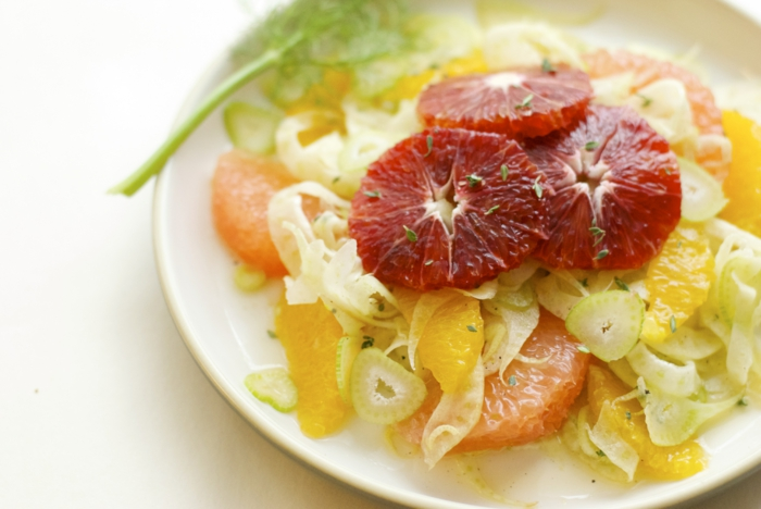 assiette blanche, agrumes, herbes aromatiques, orange rouge, pamplemousse rose, recette hiver simple