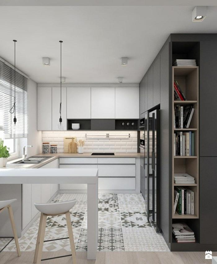 aménagement de cuisine petite espace, cuisine blanche, carrelage métro, étagères avec livres, cuisine angle, suspensions industrielles, placards blancs, étagère bibliothèque suspendue