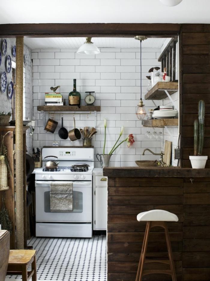cuisine bois et blanc, carrelage métro blanc, étagères en bois, évier rond, suspension cage, assiettes décoratives au mur