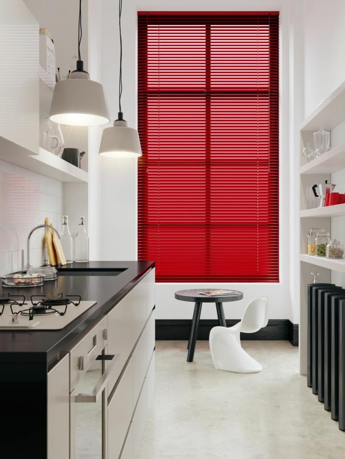 cuisine en noir et blanc, lampes pendantes, étagère blanche, rideau de fenêtre rouge, petite table et petite chaise