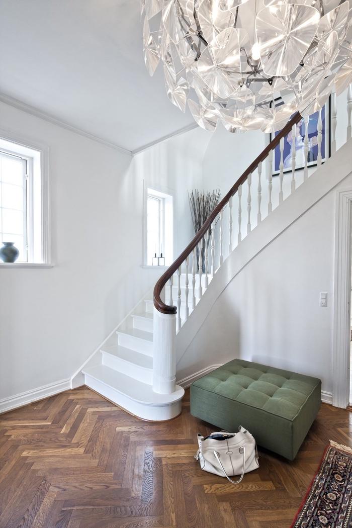 repeindre un escalier tout en blanc pour une déco cage d'escalier épurée et lumineuse
