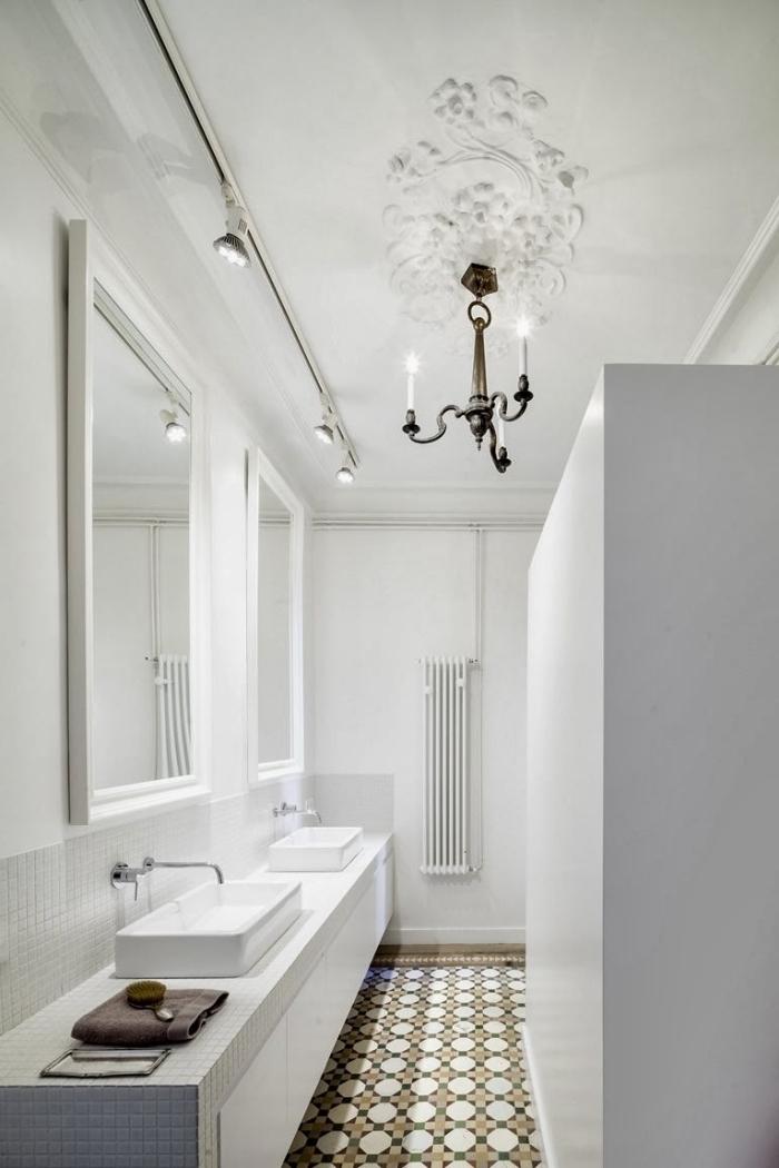 une salle de bains aménagée en longueur avec un revêtement de sol en carreaux de ciment et une crédence mosaïque gris clair