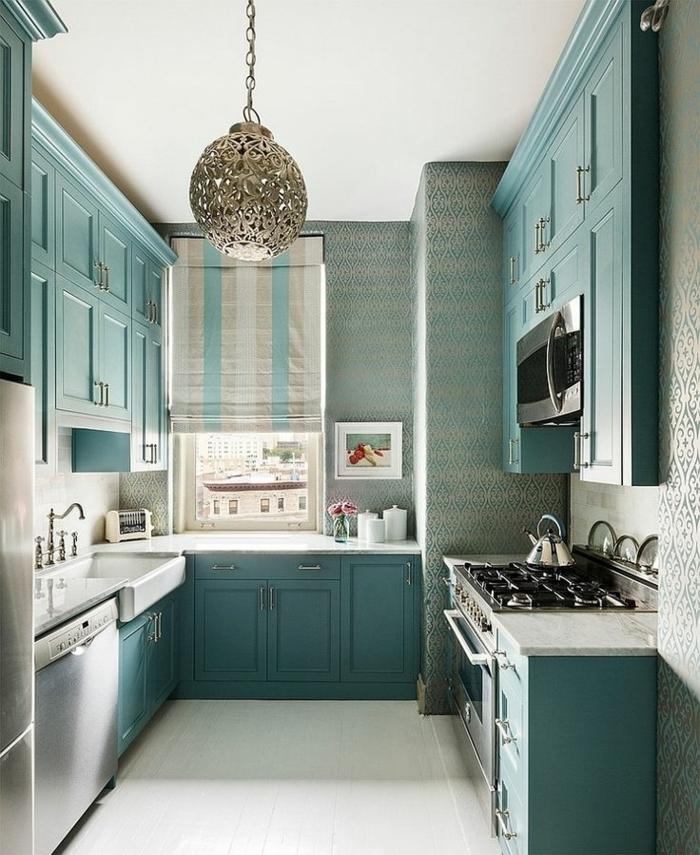 cuisine bleue et blanche, plafonnier oriental, armoires bleues, papiers peints bleus, rideau bateau, évier rectangulaire, robinet vintage