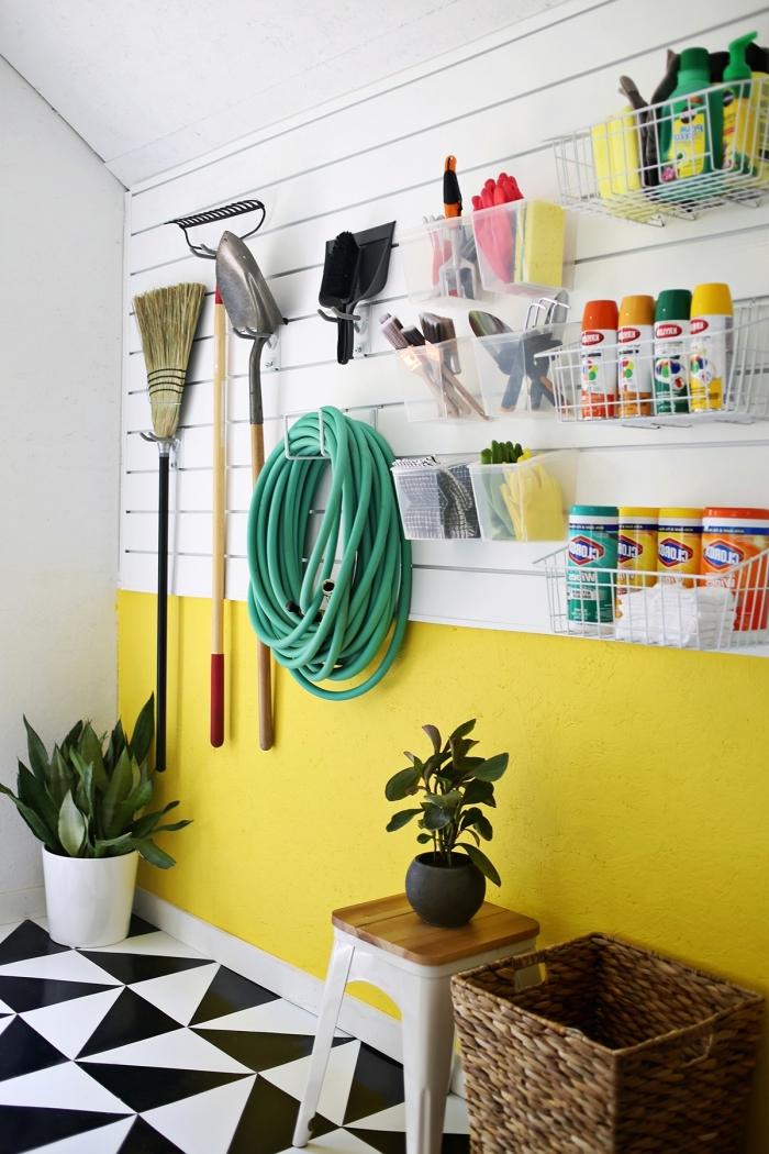 comment décorer les murs avec peinture jaune, exemple de rénovation garage moderne avec rangement mural en crochets et boîtes