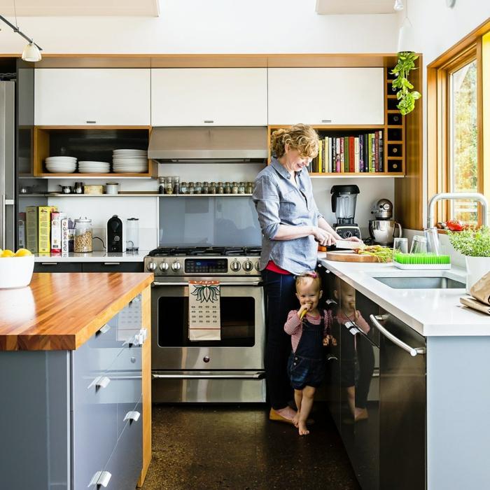 cuisine style traditionnel en bleu et blanc, cuisinière chromée, plan vasque blanc, range bouteille de vin, plantes