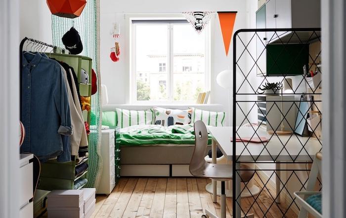 idee deco chambre etudiant, petit studio appartement miniature avec bureau, canapé lit, cloison amovible grille metallique noire et dressing ouvert