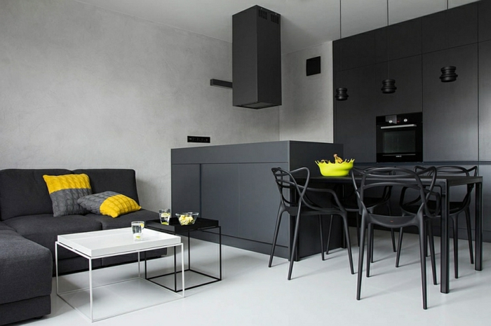 aménagement cuisine petite surface en gris anthracite, sol en planches, îlot de cuisine, coussins en gris et jaune, bol jaune