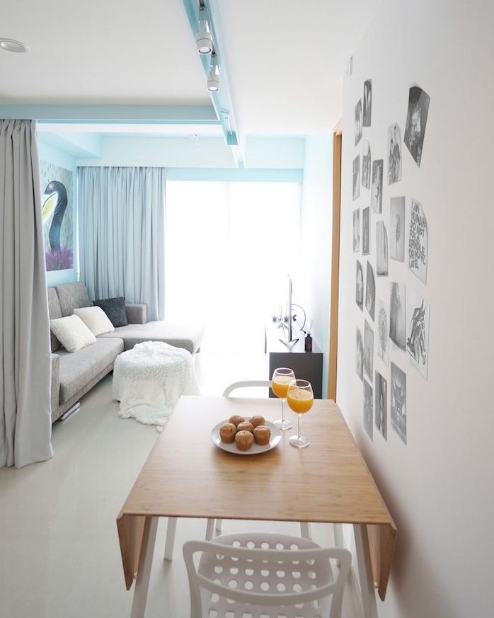 rideau de séparation gris pour diviser un salon gris, bleu et blanc d une salle à manger avec table bois bar et chaises blanches metalliques, canapé d angle gris