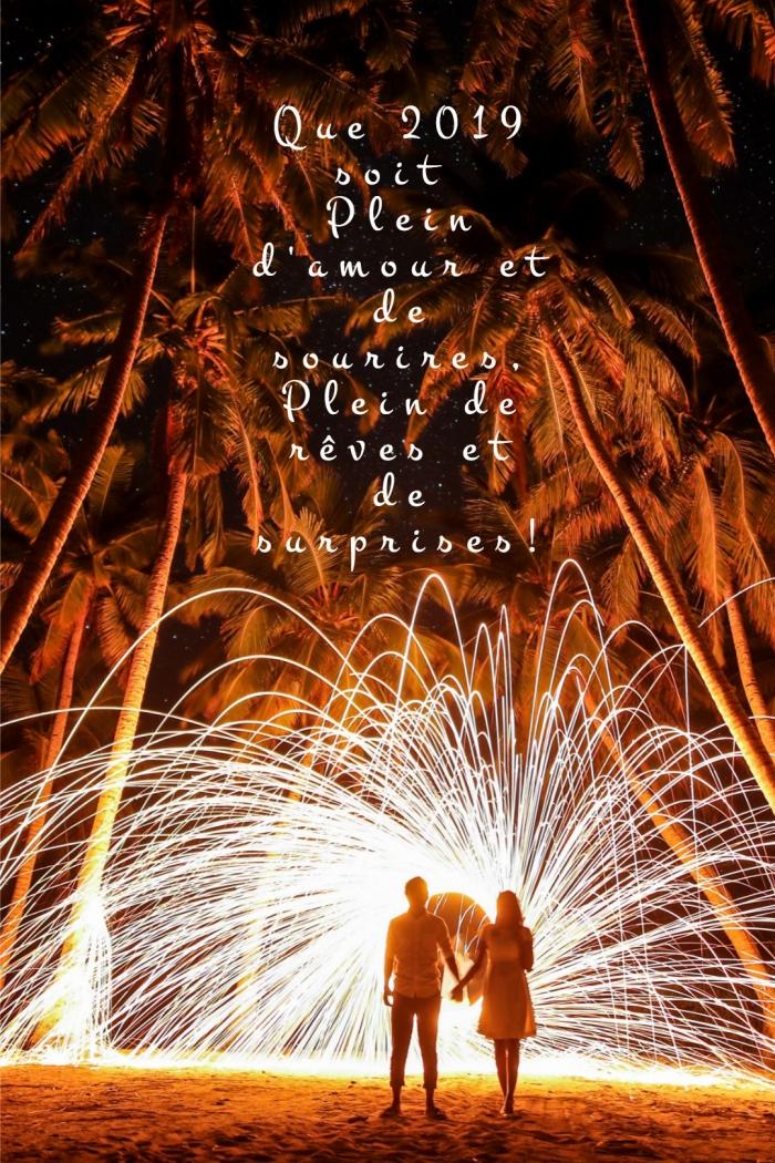 photo célébration de nouvel an en plein air avec feux d'artifice, image couple sur la plage et voeux pour nouvel an