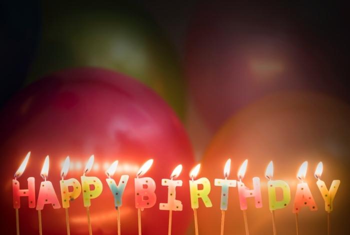 comment faire une carte d'invitation, déco de fêtes et d'anniversaires, bougies allumées happy birthday, ballons colorés