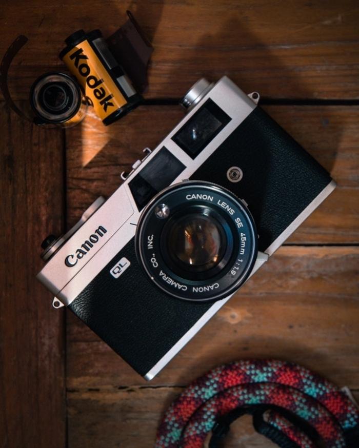 appareil photo argentique canon avec pellicule kodak, idée de cadeau de noel pour homme passionné pour la photographie