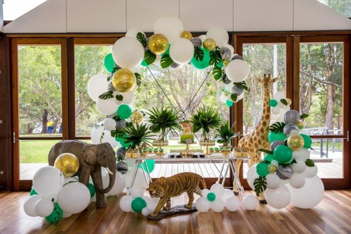 déco anniversaire enfant thème jungle, ballons verts et blancs, grandes fenêtres du plafond au sol, tigre et éléphant