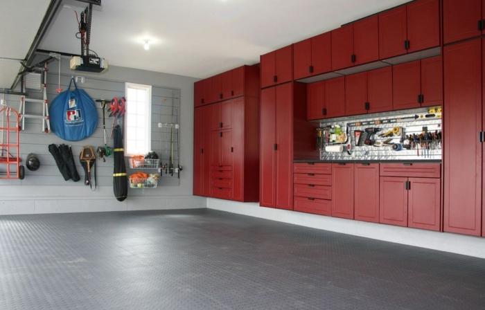 quel rangement pour optimiser l'espace dans un garage, design intérieur garage avec emplacement voiture et rangement mural