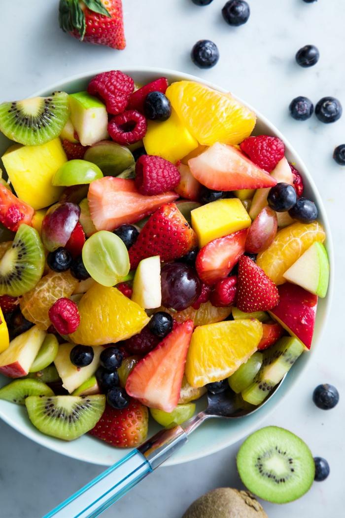 mandarines, baies bleues, raisins découpés, fraises, mangue en cubes, kiwi, salade fruits riches en vitamines