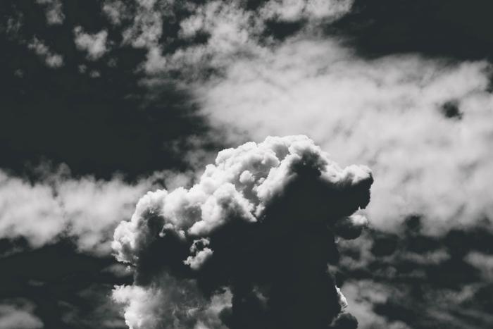 paysage noir et blanc du spectacle des nuages couvrant le ciel, photographie monochrome du ciel