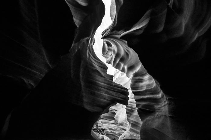 image noir et blanc de fente dans le canyon en arizone