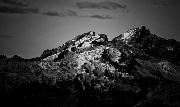 joli paysage noir et blanc montrant le sommet enneigé d'une montagne majestueuse