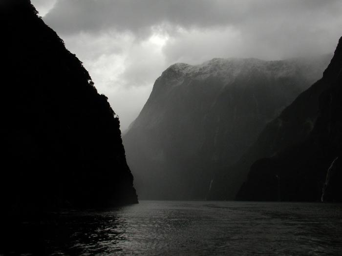 belle photo noir et blanc paysage naturel les eaux calmes de la mer entre les monts de la montagne