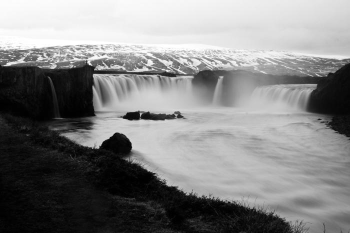 image noir et blanc de cascade majestueuse et ses eaux blanches éclatantes, photographie de paysage monochrome