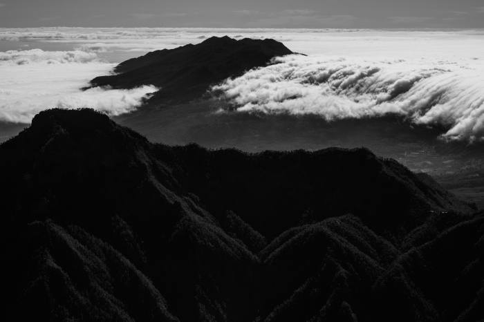 paysage noir et blanc panoramique de nuages qui flottent au-dessus de la montagne, photographie de paysage monochrome