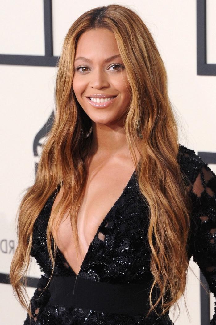 balayage naturel pour cheveux de base châtain clair ou foncé avec mèches blond caramel, coiffure Beyonce cheveux longs