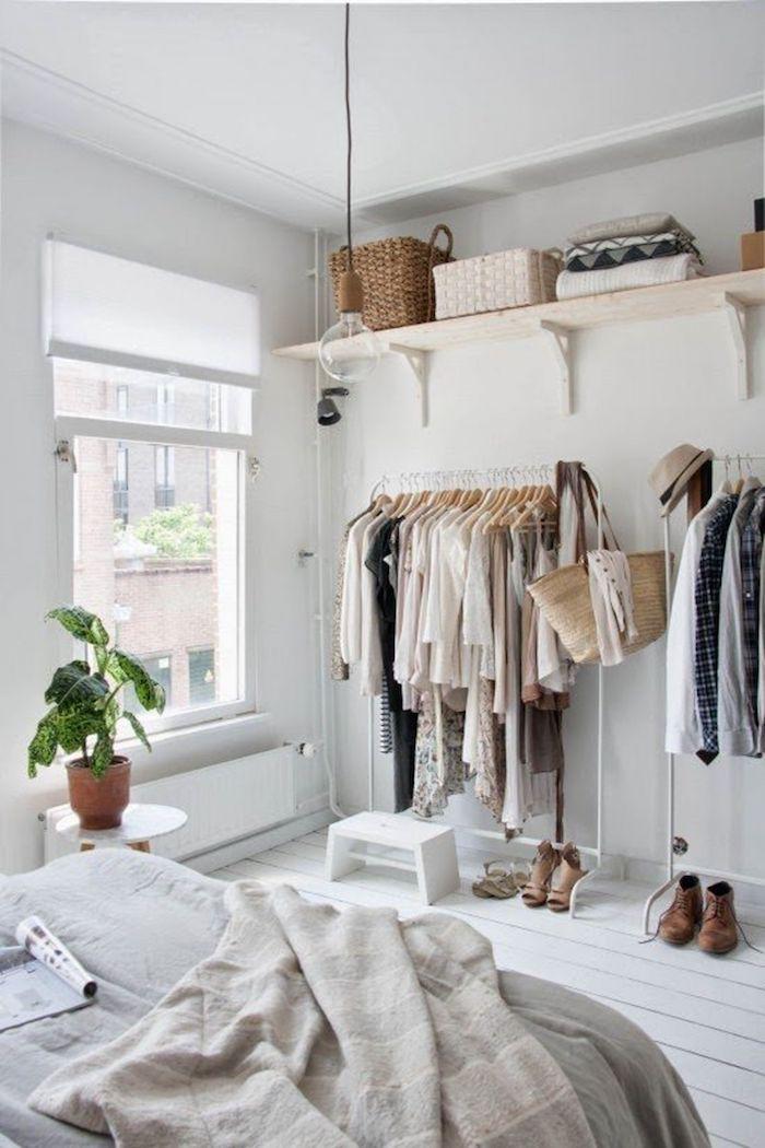 Penderie dressing dans la chambre à coucher, lit drape gris, scandinave décoration rangement vetement style maison moderne