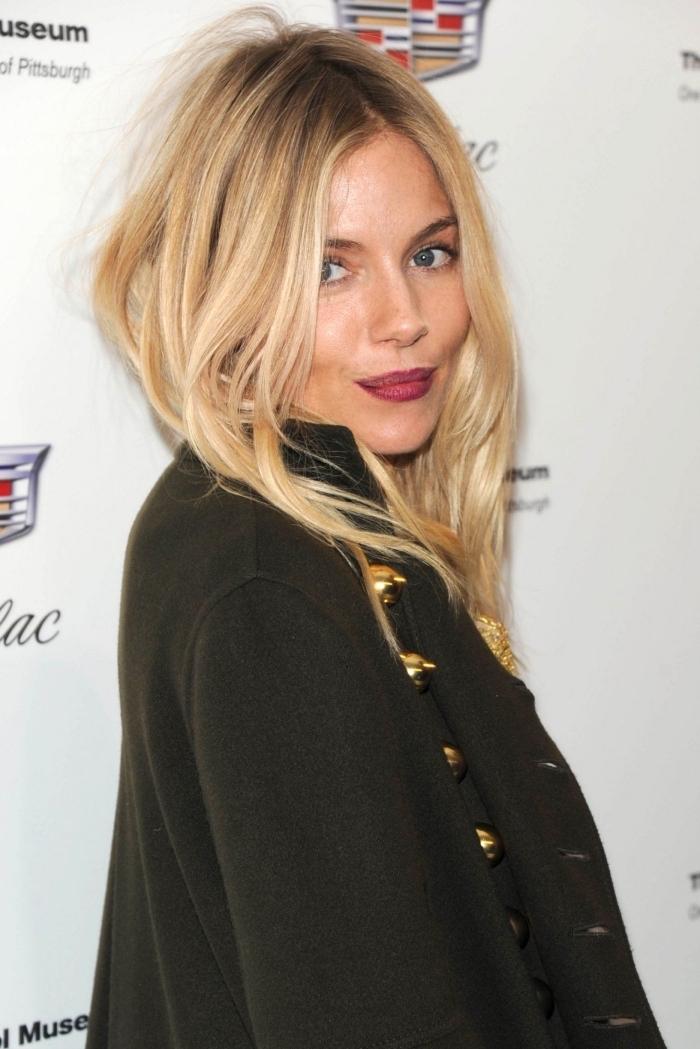 idée tie and dye blond aux racines châtain foncé, exemple de maquillage pour yeux bleu gris avec rouge à lèvres rouge mate