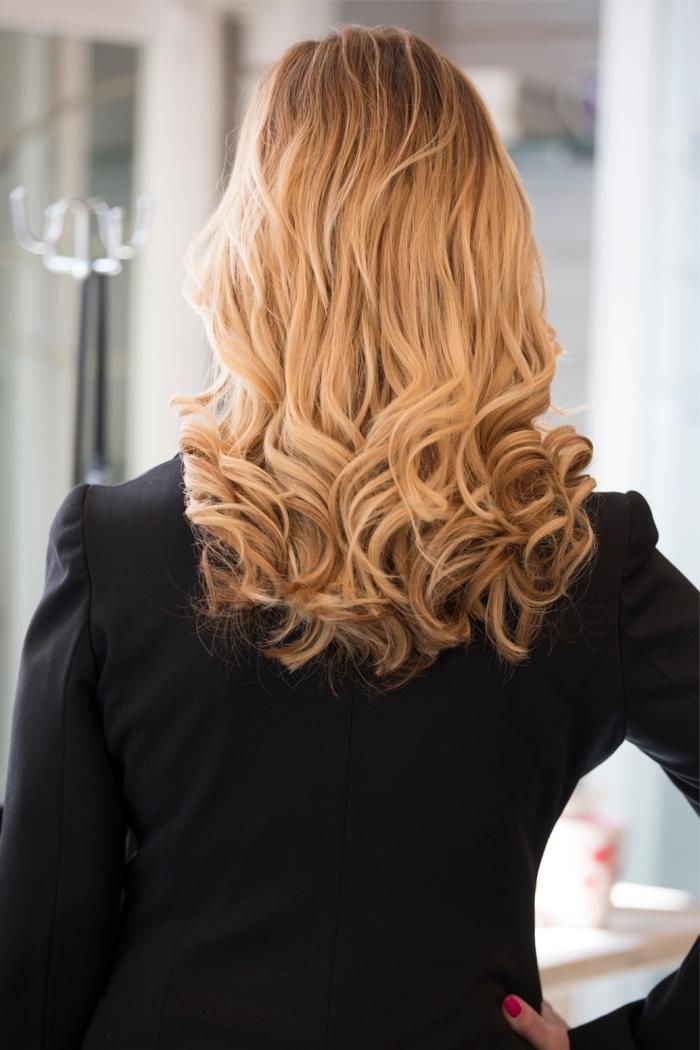 idée coiffure élégante aux cheveux lâchés lisses avec pointes bouclées, exemple de coloration balayage blond aux reflets miel