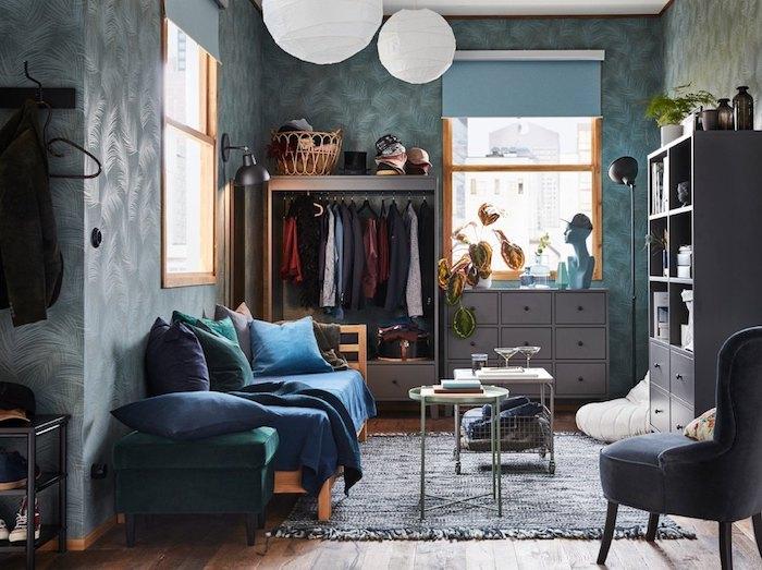 Idée déco chambre parentale ouverte au salon, tapis gris et étagère gris, rangement vetement originale idée rangement
