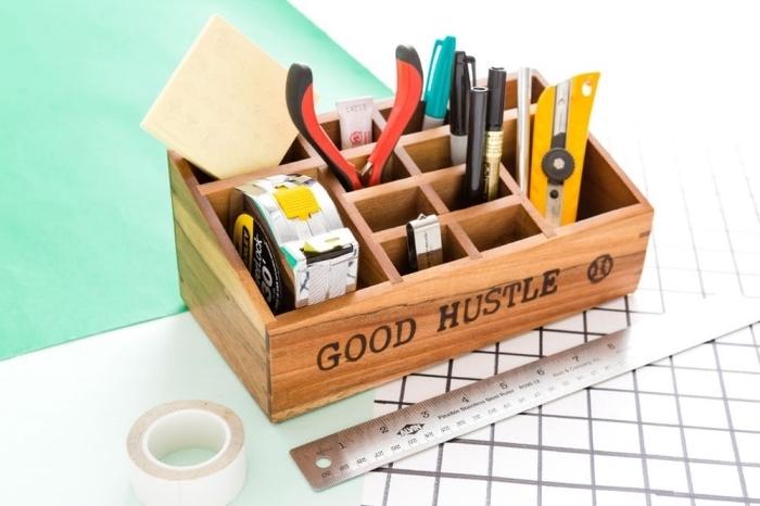 une boîte en bois compartimenté pour ranger ses instruments, personnalisée à l'aide d'un pyrograveur idée de cadeau fete des peres personnalisé