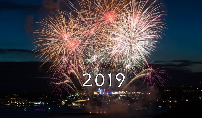 photo célébration 2019, idée fond d'écran nouvel an avec feux d'artifice, wallpaper pc pour nouvel an 2019 festif
