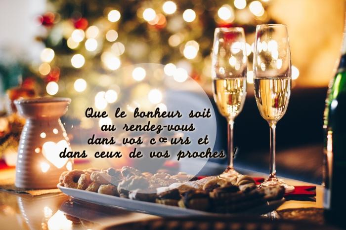 photo images bonne année 2019, repas festif avec verres de champagne et cookies, carte voeux nouvel an 2019