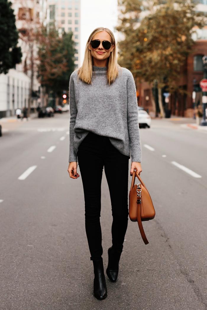 pull oversize femme, sac cognac, pantalon slim noir, lunettes aviateur, cheveux blonds lissées