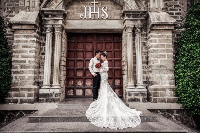modèle de robe de mariée à manches dentelle, coiffure de mariée avec couronne princesse et cheveux en chignon haut