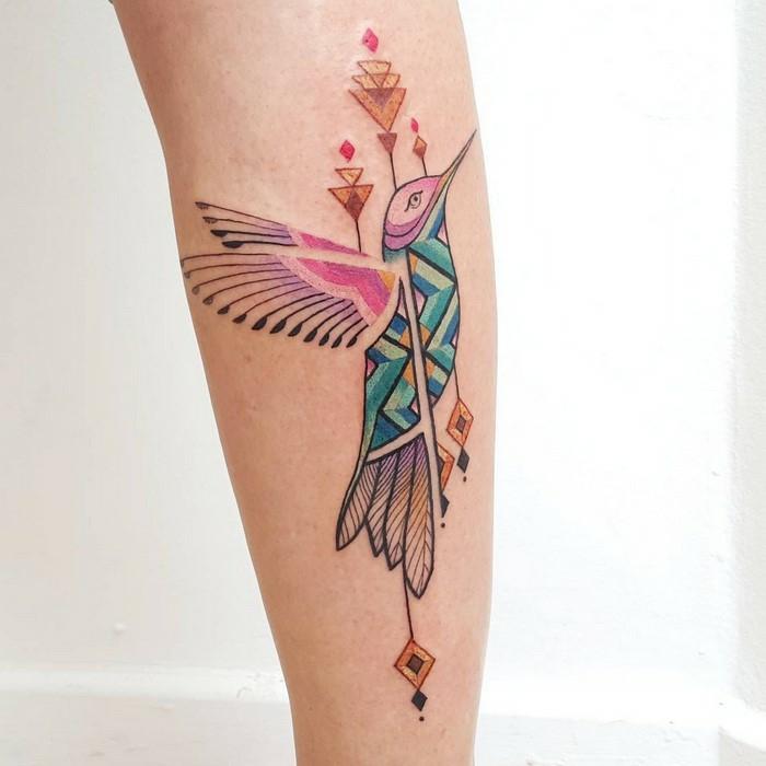 Modele de tatouage original avec motif de broderie brésilien. dessin stylisé à couleur, technique dessin sur la peau permanente