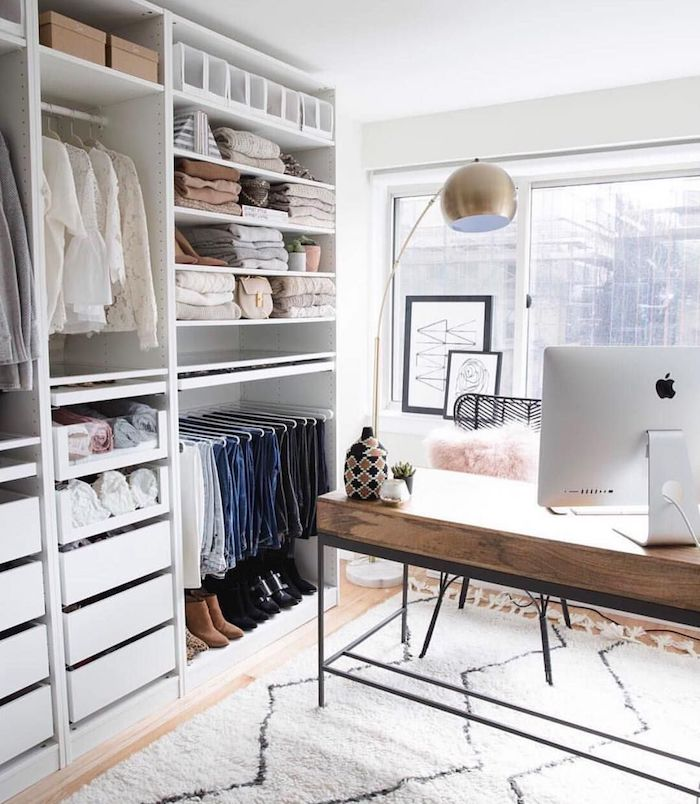 Chambre à coucher avec coin bureau en bois style scandinave et mac computer pour travailler, tapis blanche à formes géométriques, armoire sans portes, rangement vetements ouvert