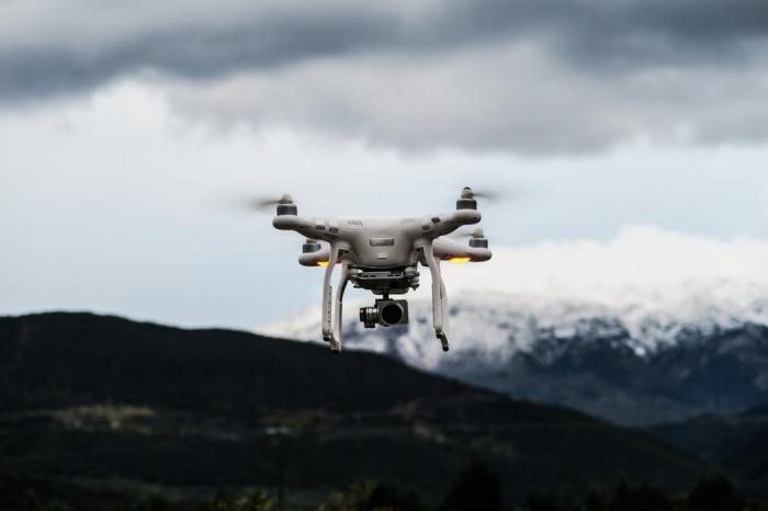 idée cadeau de noel pour homme qui aime les gadgets technologiques, une drone avec caméra embarquée en montagne